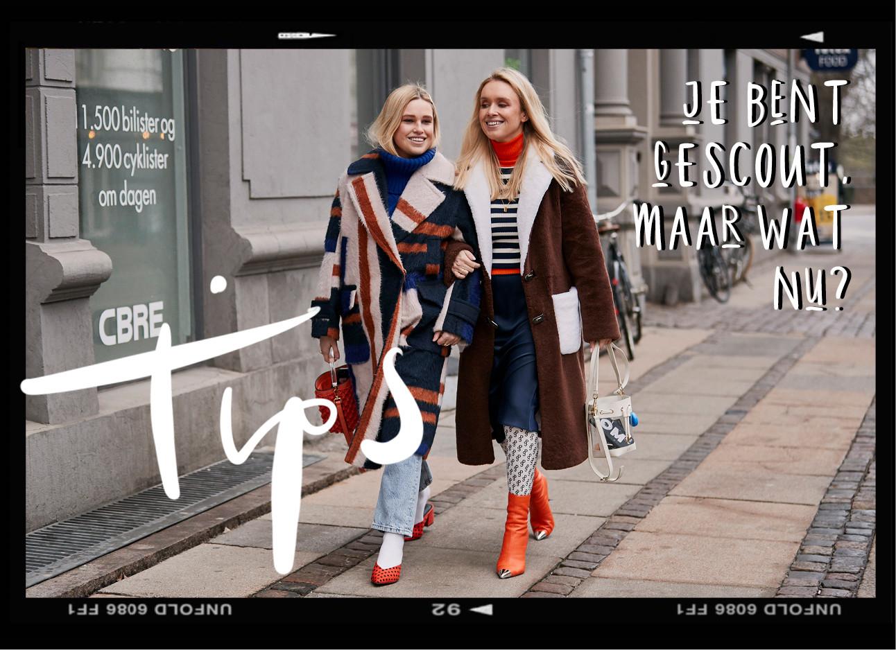 streetstyle beeld van 2 vrouwen die samen in gesprek zijn