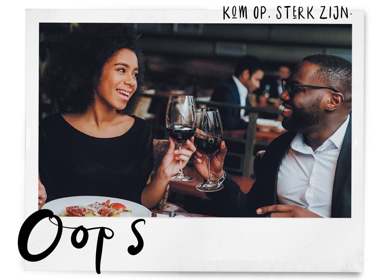 een meisje en een jongen die samen wijn drinken