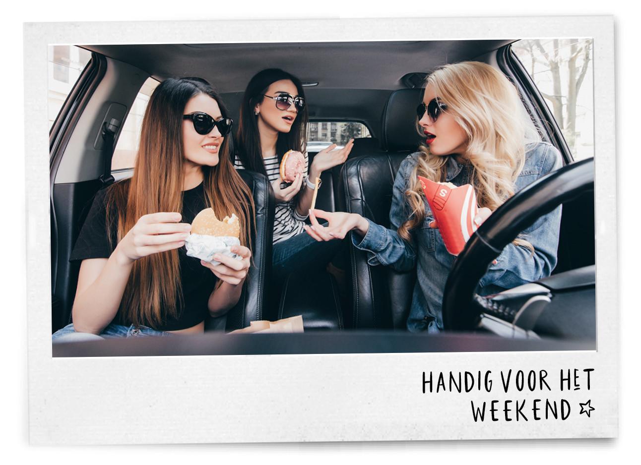 Vrouwen in de auto met macdonalds eten
