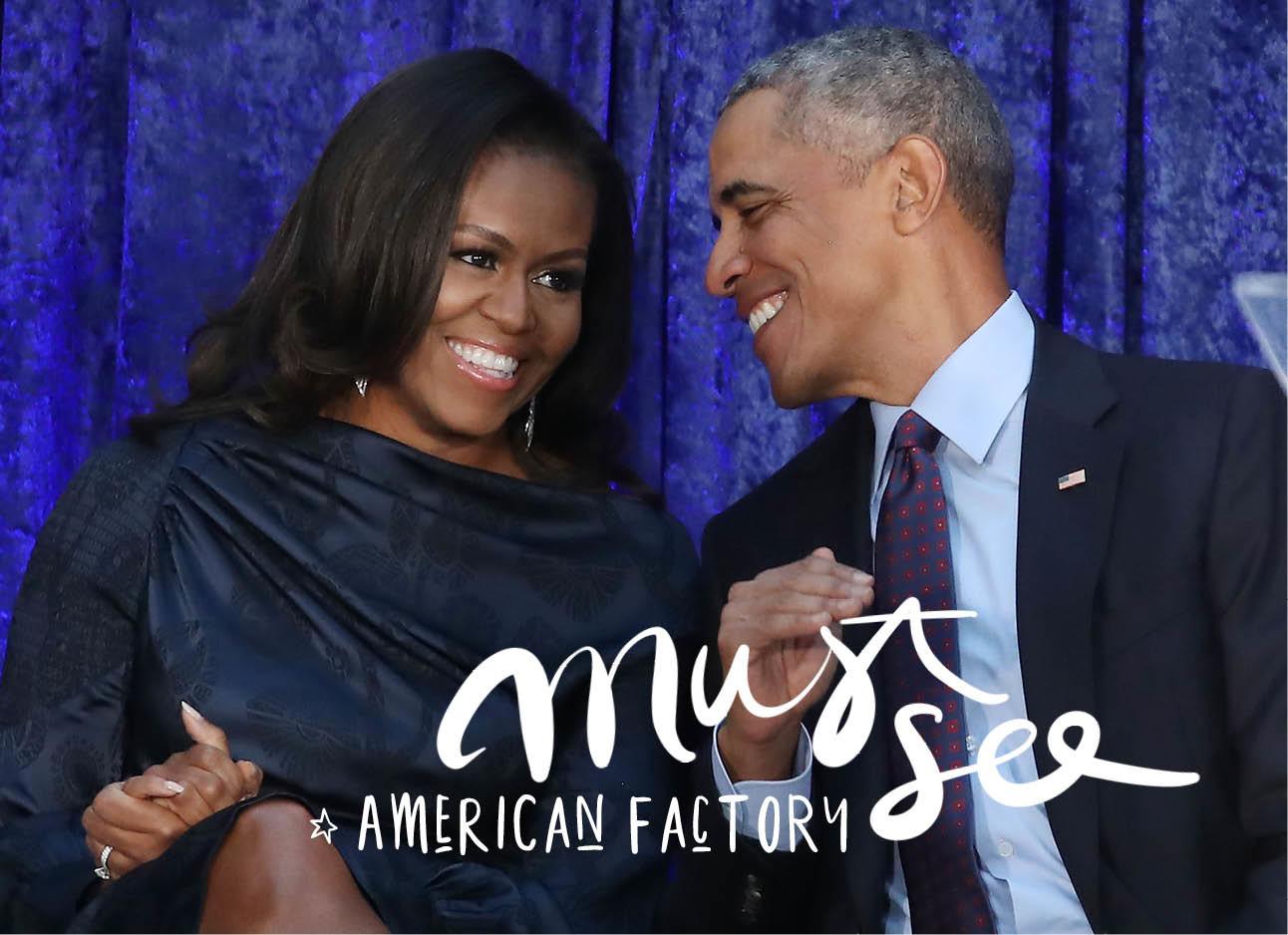 Michelle en Barack Obama zitten samen voor een blauw doek, zij draagt een jurk hij een pak, en ze lachen naar elkaar