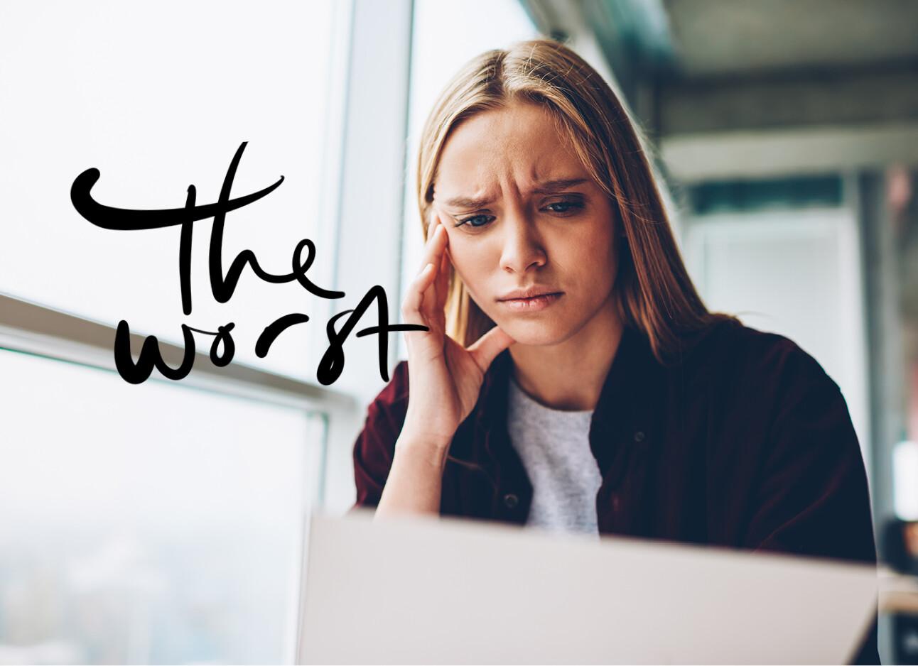 vrouw kijkt boos naar laptop