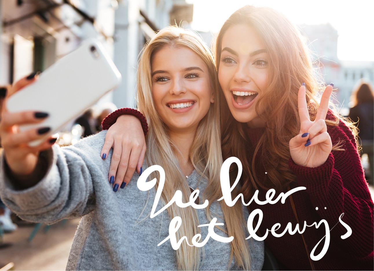 2 meiden die samen een selfie maken in de stad