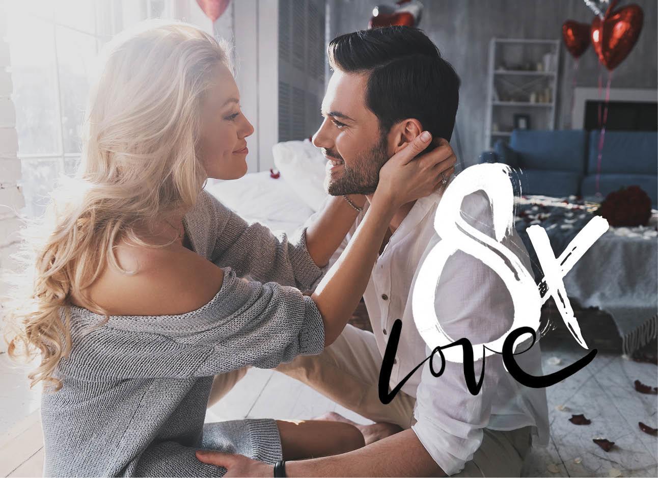 man en vrouw lachend naar elkaar ten huwelijk gevraagd