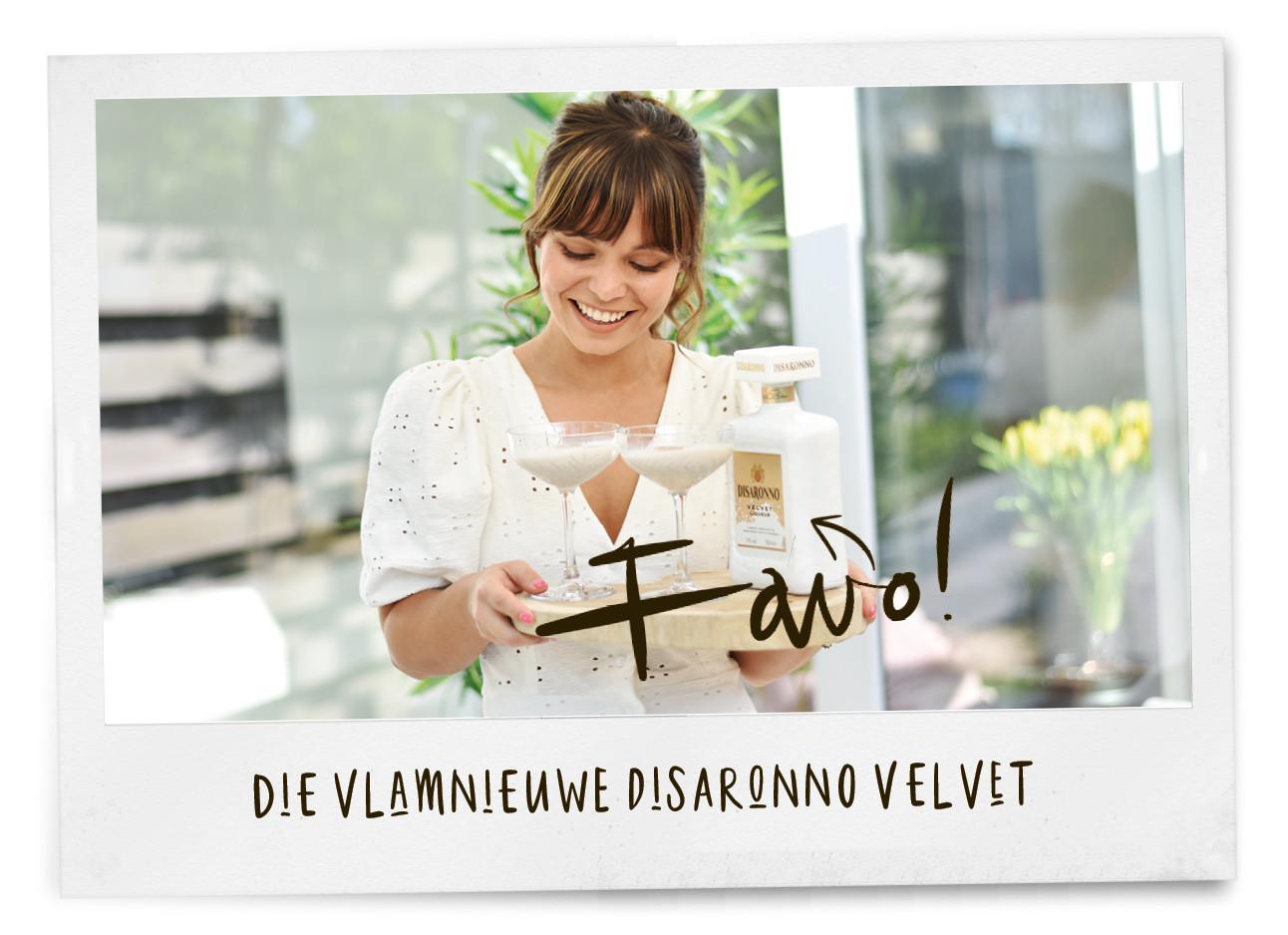 Kiki lachend met Disaronno Velvet cocktail in haar handen