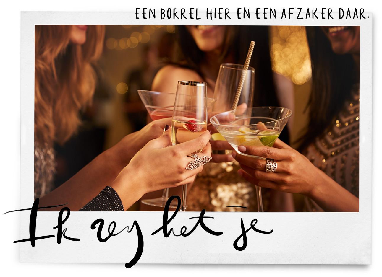 een gropeje meiden die proosten met martini en wijn glazen