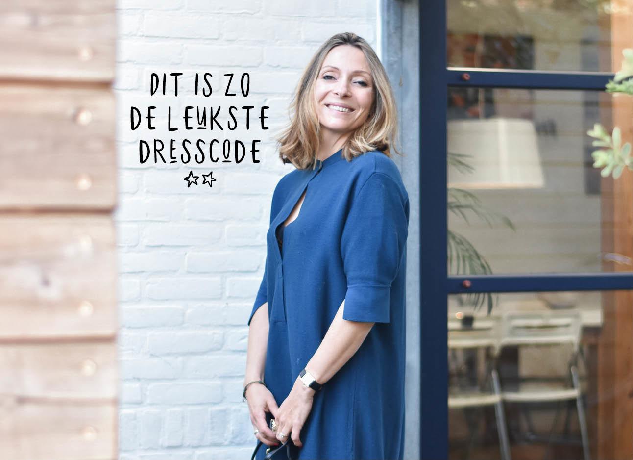 may-britt lachend in een donker blauwe jurk voor de pilotstudio