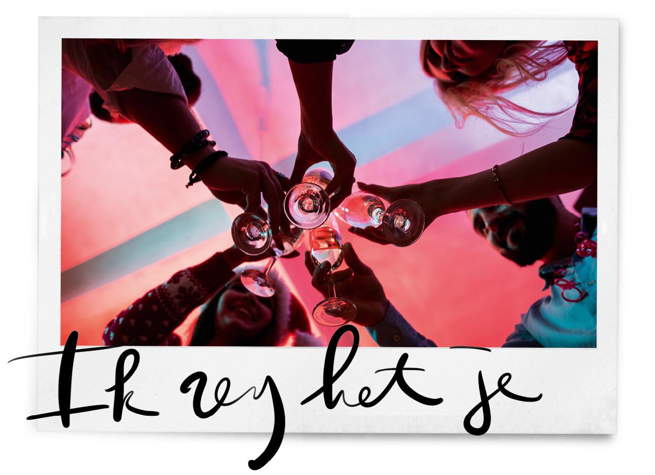 beelden van onderen met mensen die proosten met een glas wijn