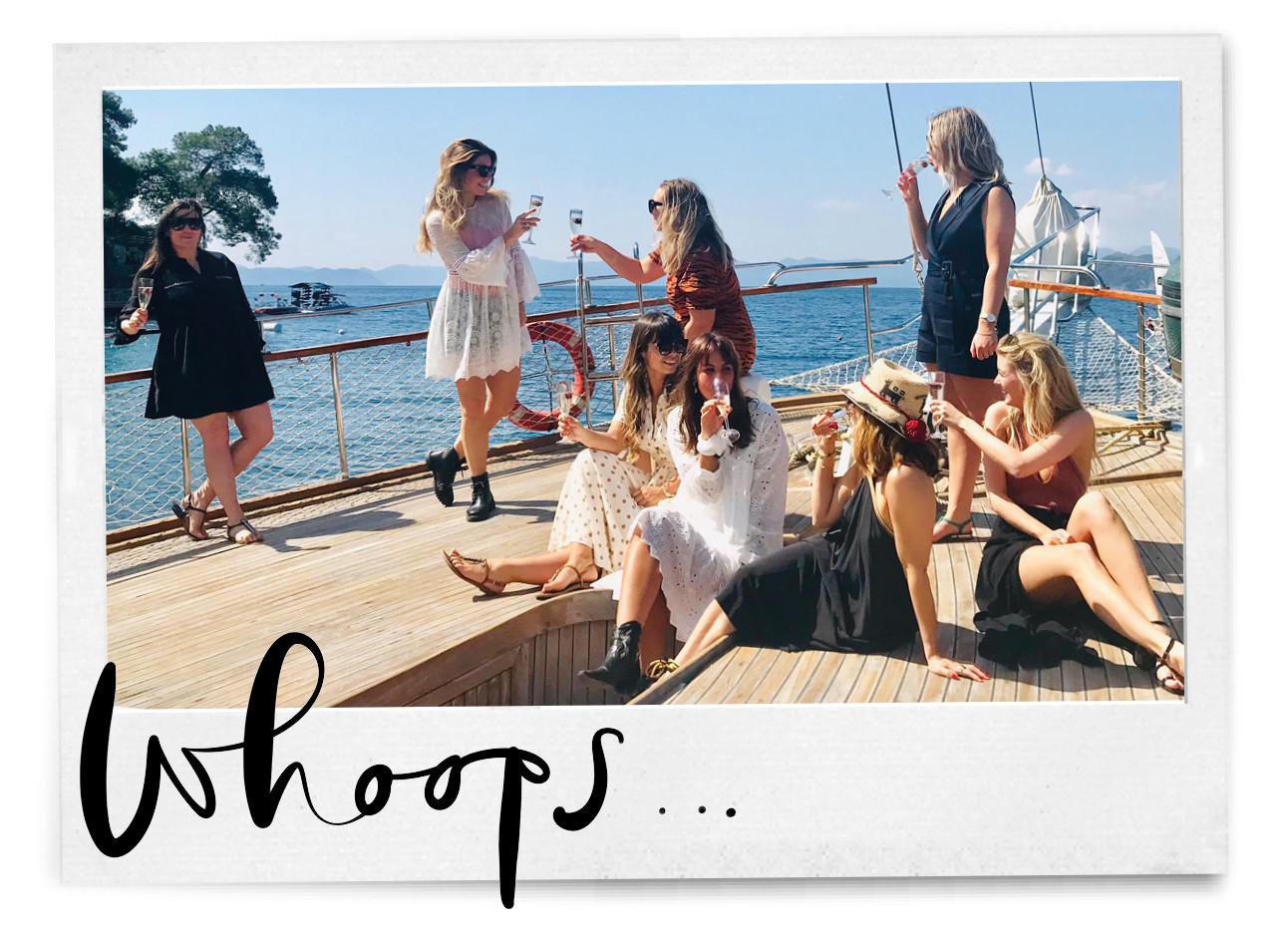 Team amazing met een wijntje op het dek van een boot
