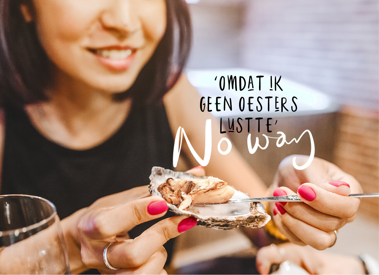 vrouw eet oesters