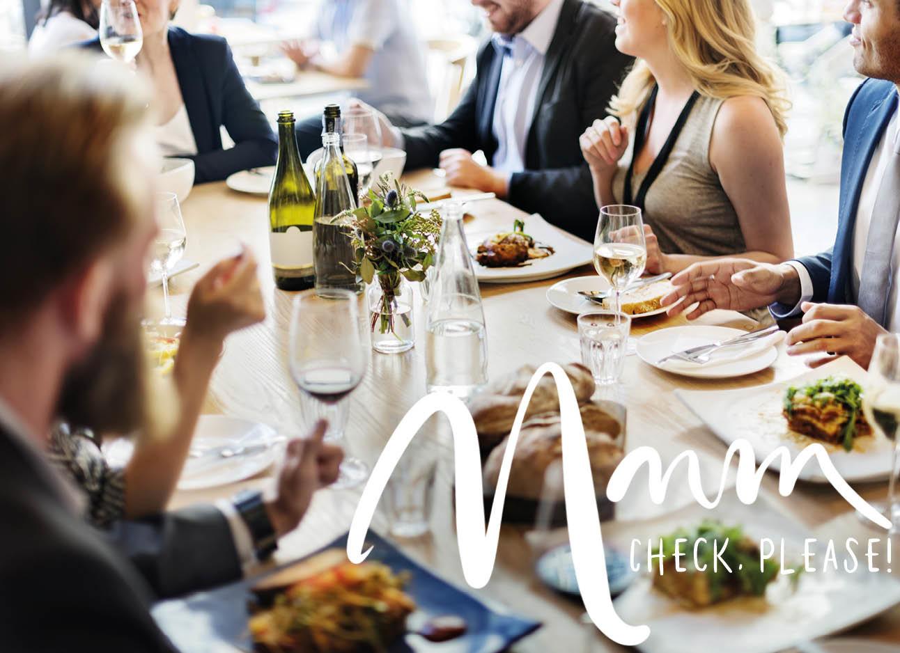 Een groep mensen aan tafel samen eten