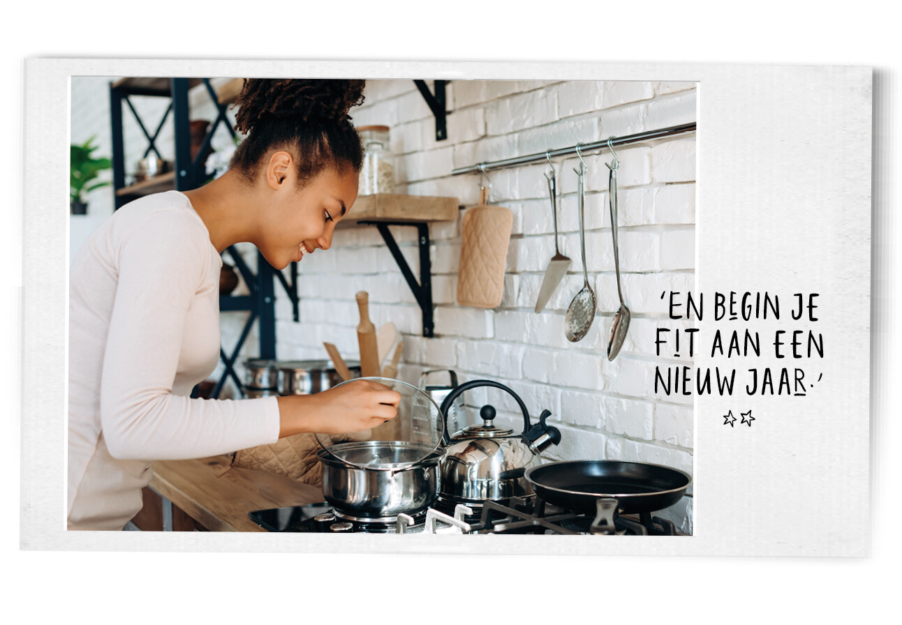 Vrouw in de keuken kijkend naar de pannen op het vuur