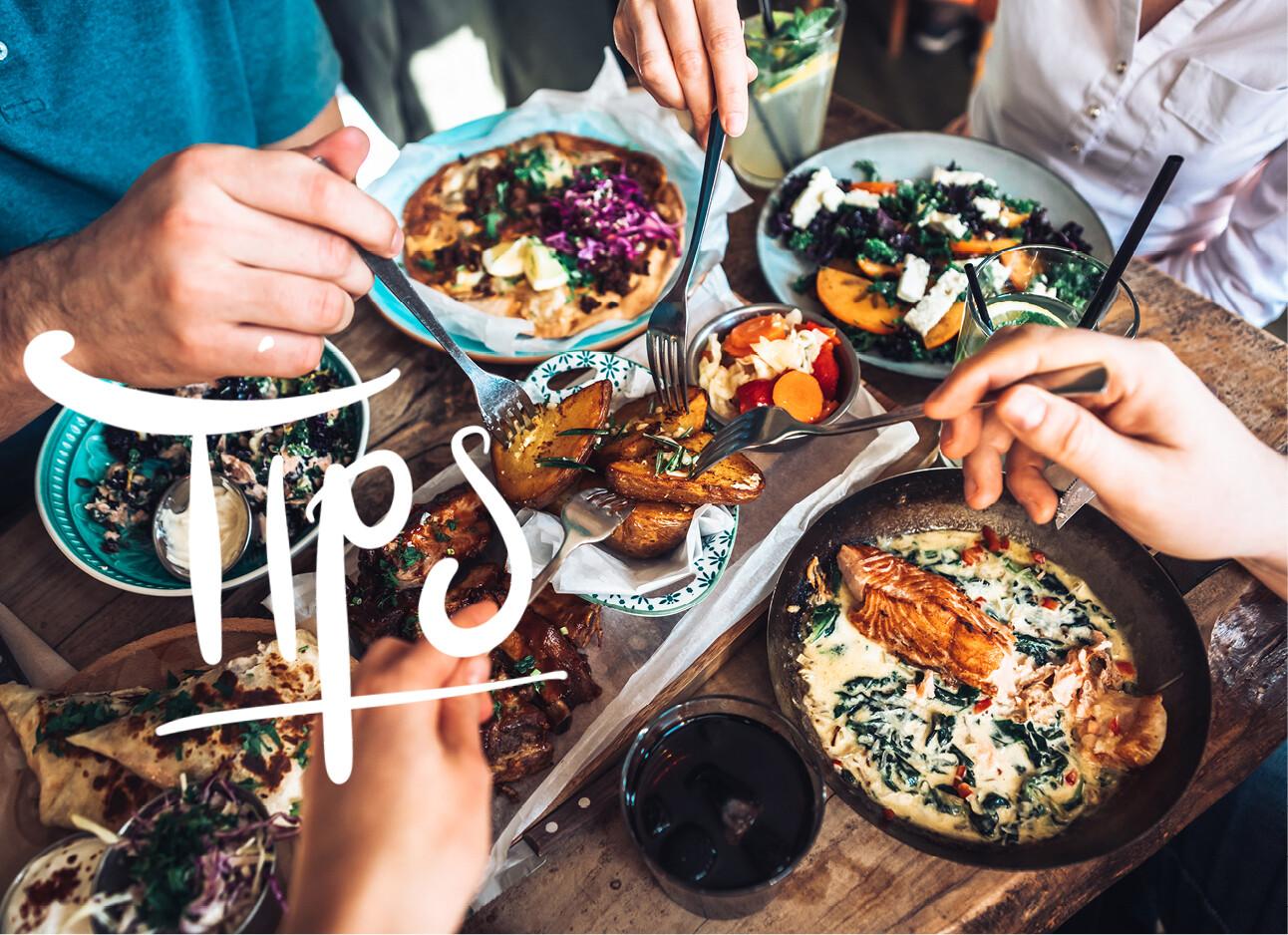 mensen lekker aan het eten aan tafel