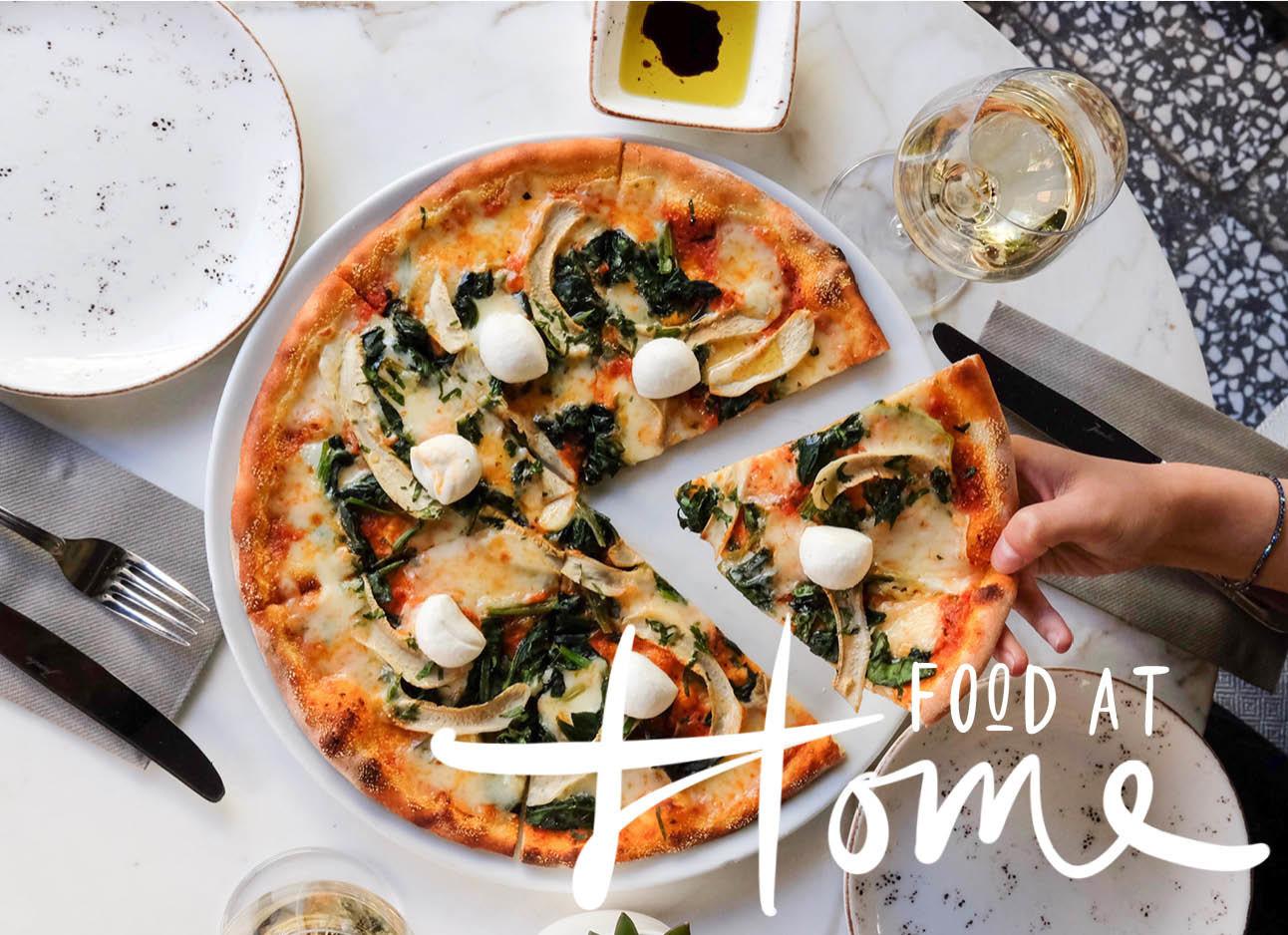 pizza thuis bezorgd eten met glas witte wjijn