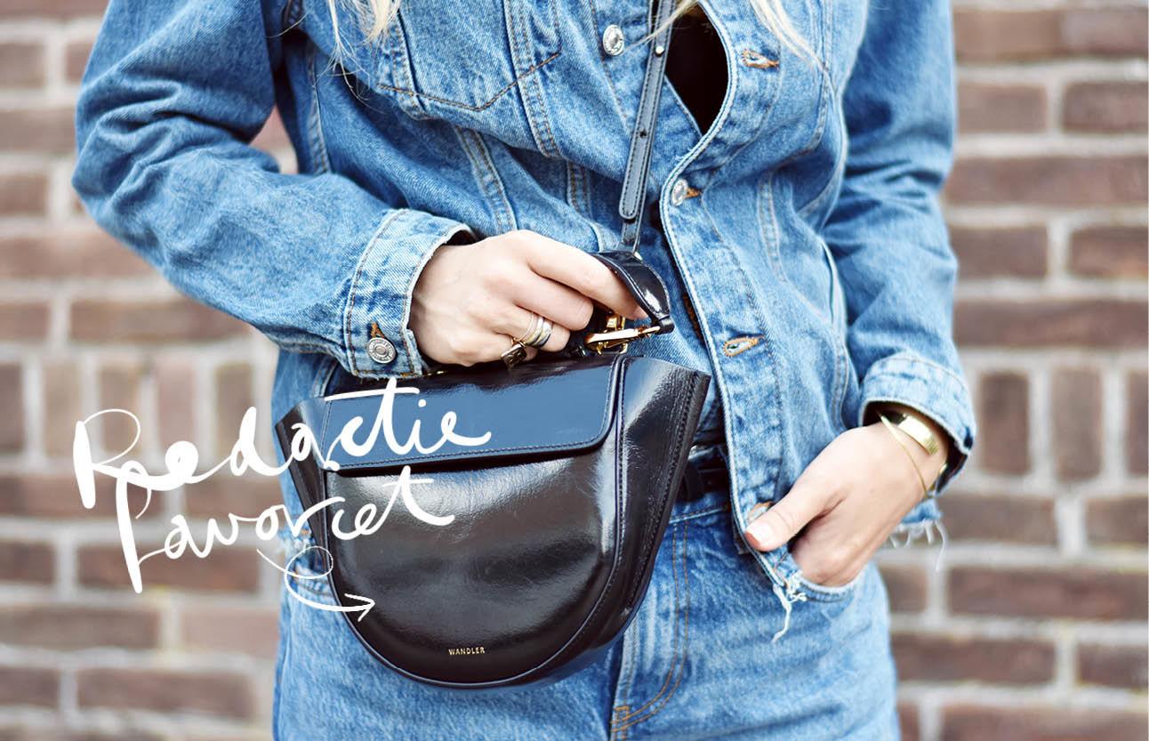 Look of the day zaterdag Lotte van Scherpenzeel lachend in een spikerjack en broek met Zwarte wandler tas