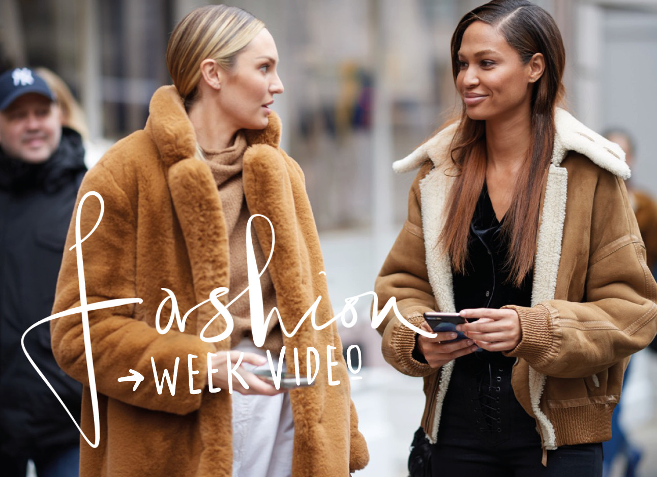 Modellen praten op straat tijdens fashionweek New York 2019