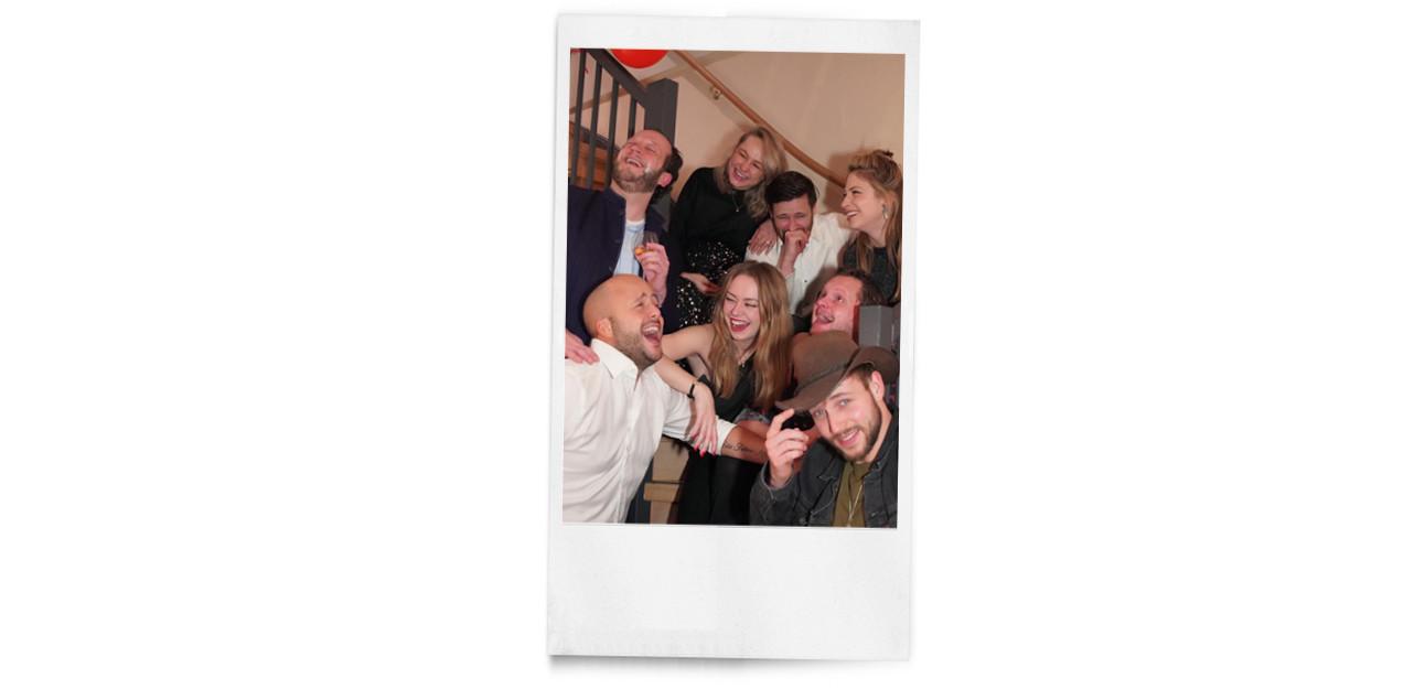 een groepsfoto van carolien en haar vrienden
