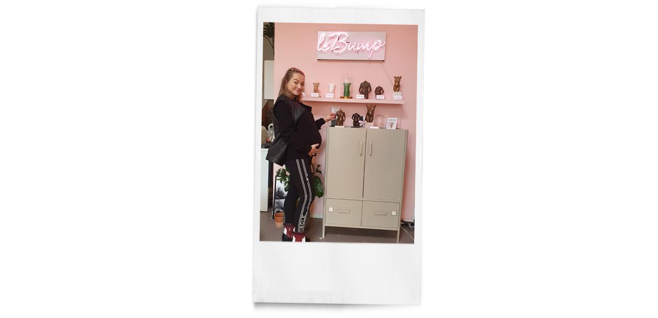 carolien die voor een roze muur staat