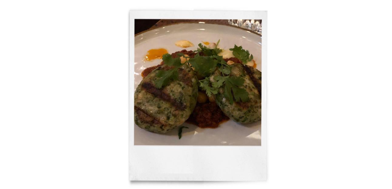 stukjes vlees met groente erop