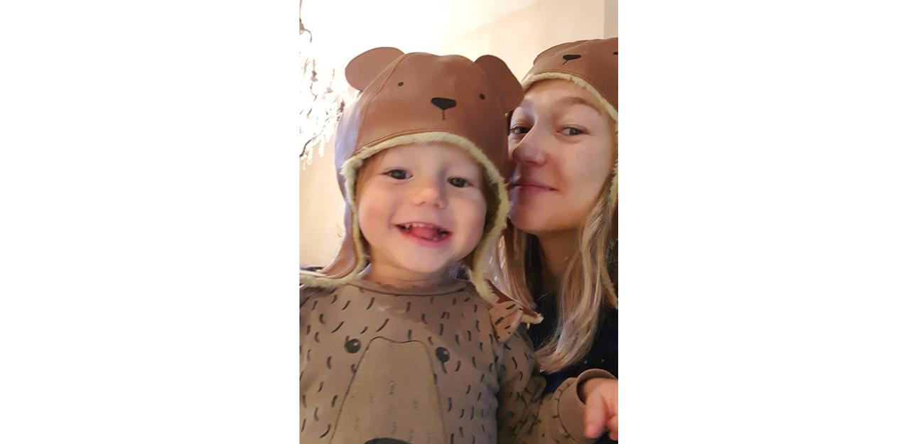 Carolien samen met haar zoontje ze dragen beide een beren mutje