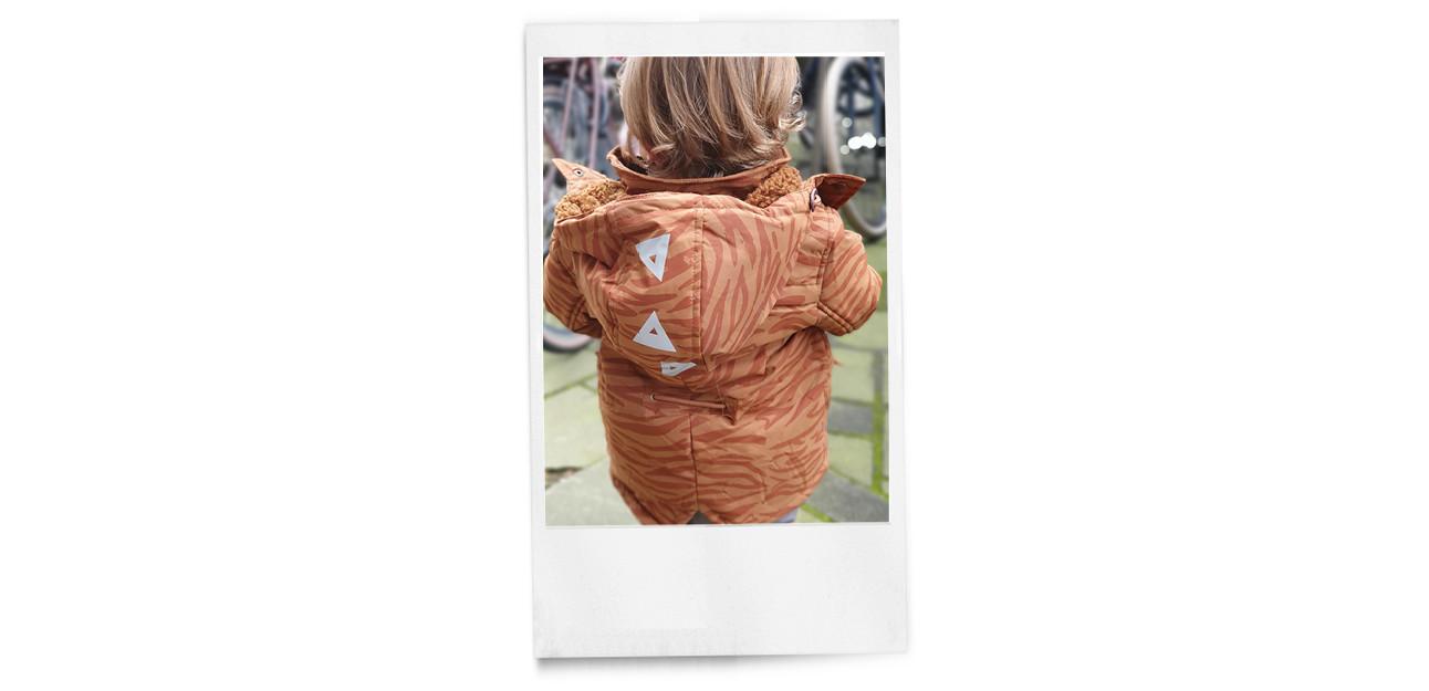 otis het zoontje van carolien in een roanje jas