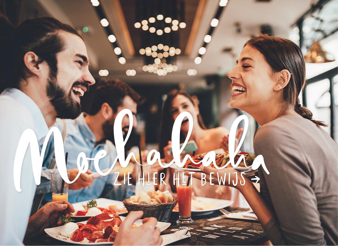 vrouw en man met vrienden in een restaurant