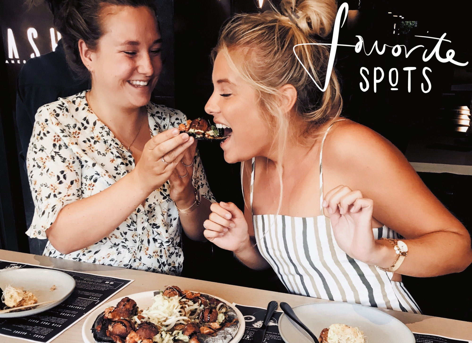 lynn en vriendin in restaurant in melbourne eating bloemetjes jurk en streepjes blond haar
