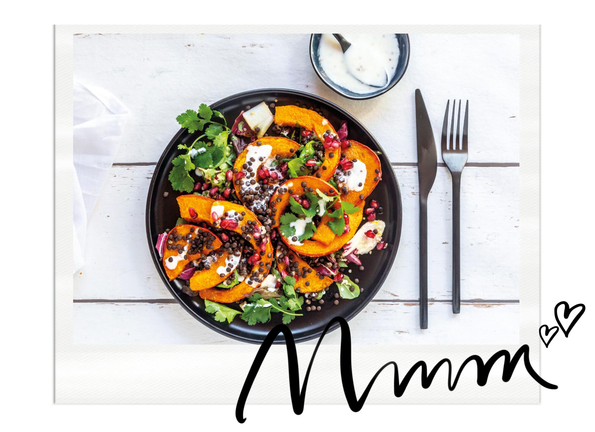 Salade met pompoen, feta, granaatappel pitjes en verse kruiden