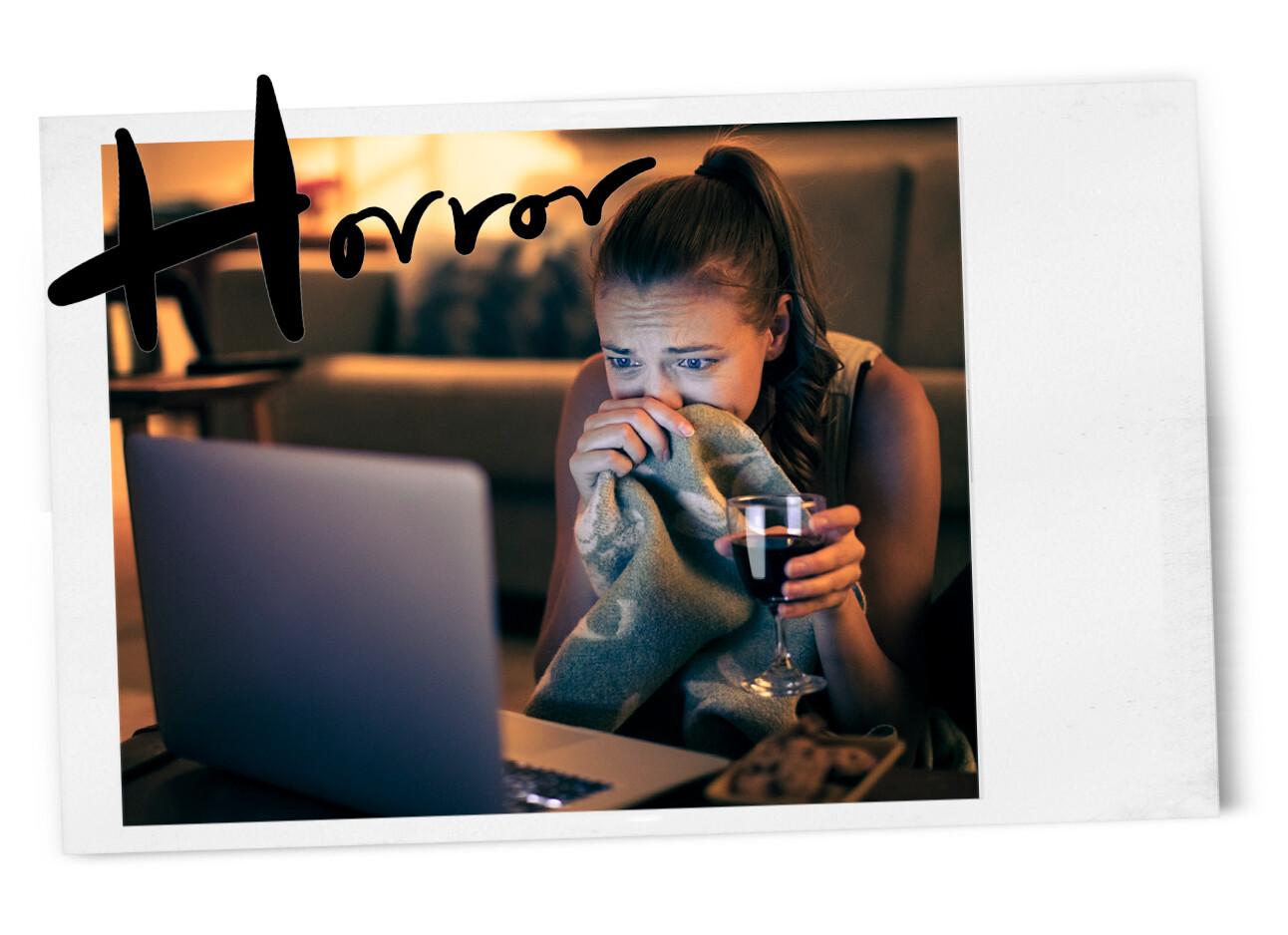 meisje kijkt angstig naar een horror film op haar laptop