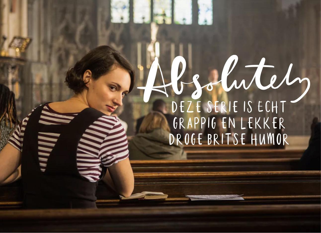 Meisje die in een kerk zit en achterom kijkt