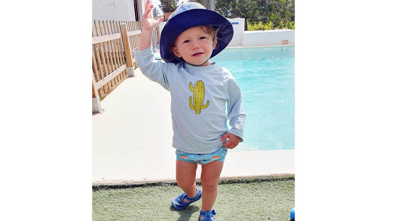 otis bij het zwembad met een hoedje