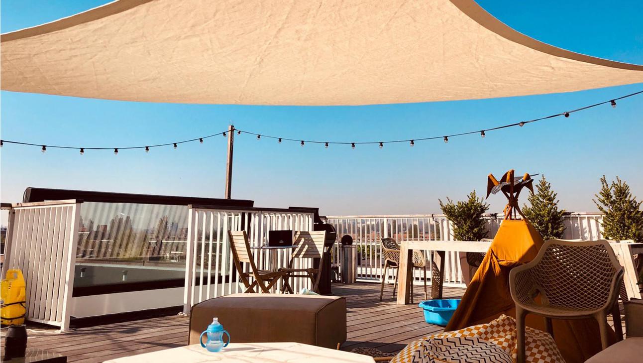 zomer in eigen tuin, mooi terras, zon, parasol, lekker weer, zomer