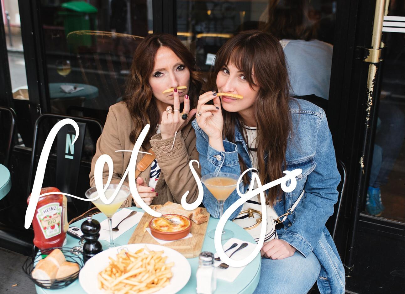 May en Lilian op een terras met friet en cocktails in Parijs