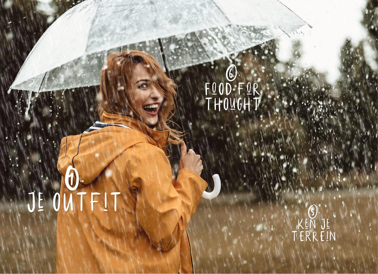 wandelen vrouw in de regen met paraplu