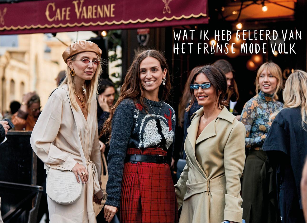 Franse vrouwen op straat bij een cafe
