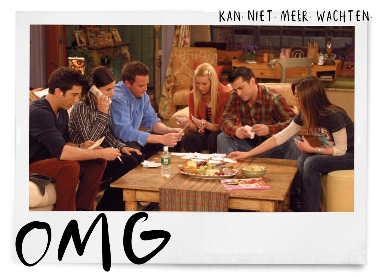 de cast van friends die samen op de bank zitten