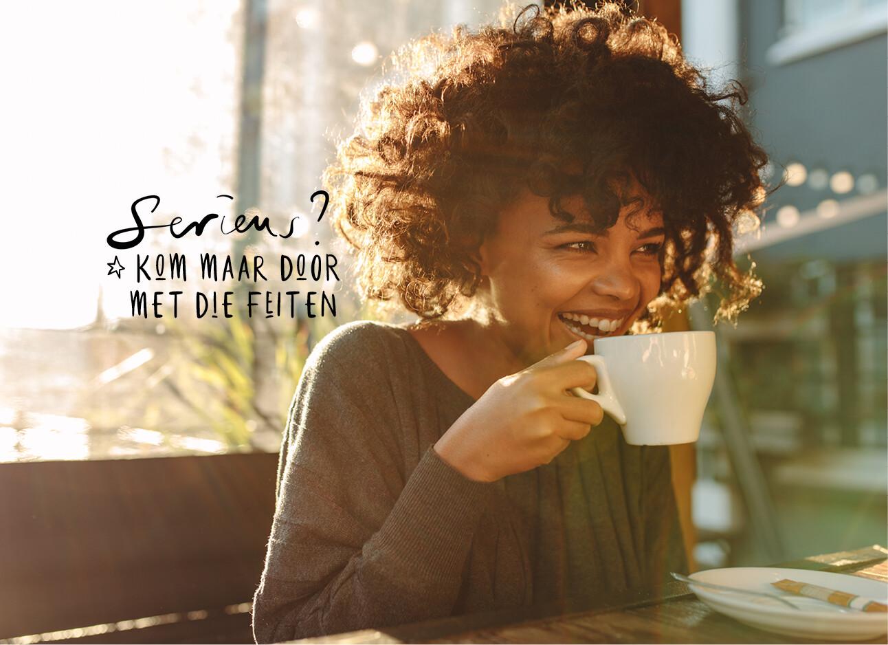 vrouw lachend koffie drinken buiten op een terras