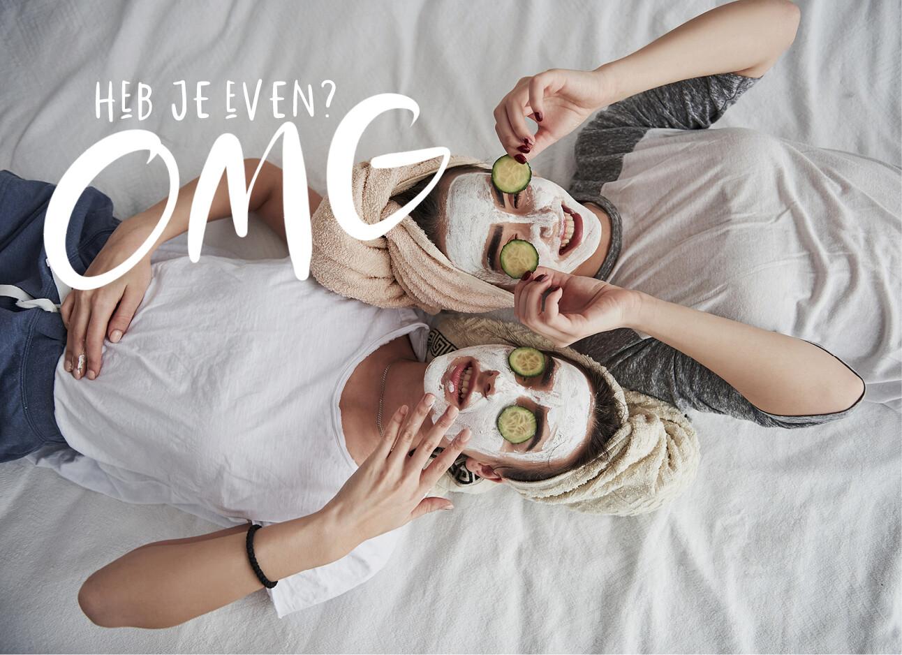 twee vrouwen met masker op haar gezicht