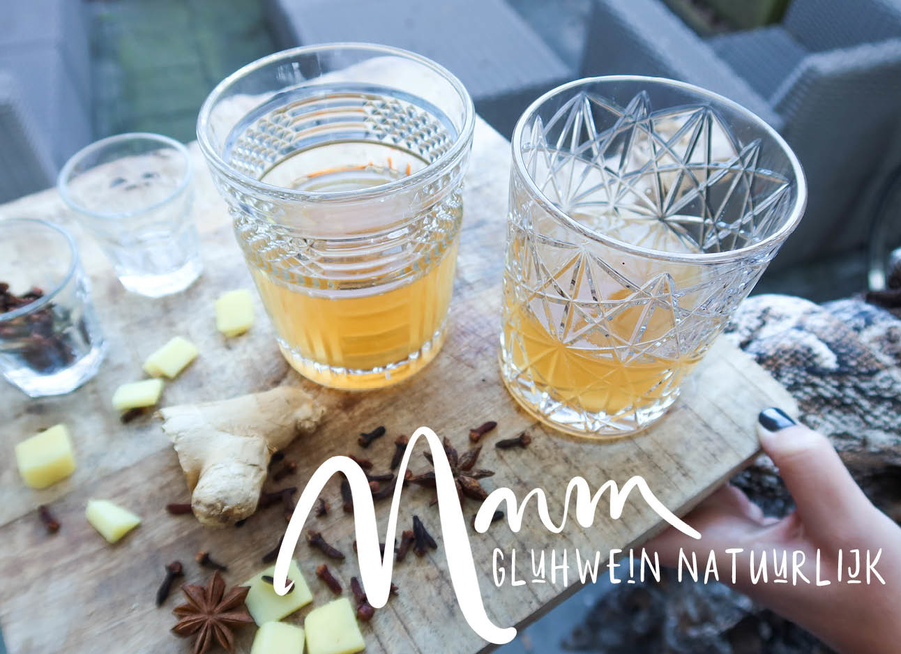 2 glazen met drinken en kruiden ernaast