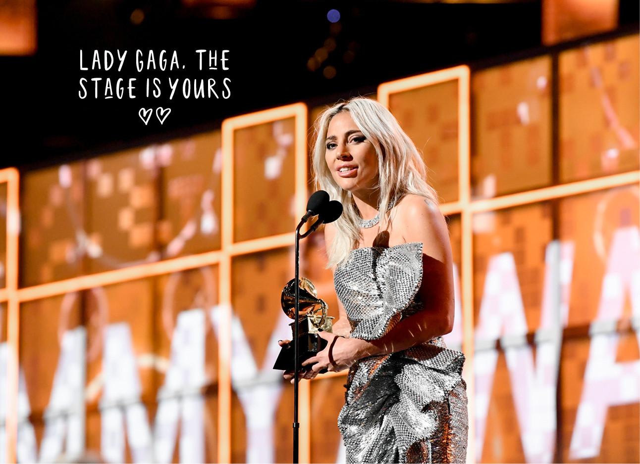 Lady gaga in een zilveren glitterjurk op het podium bij de Grammys