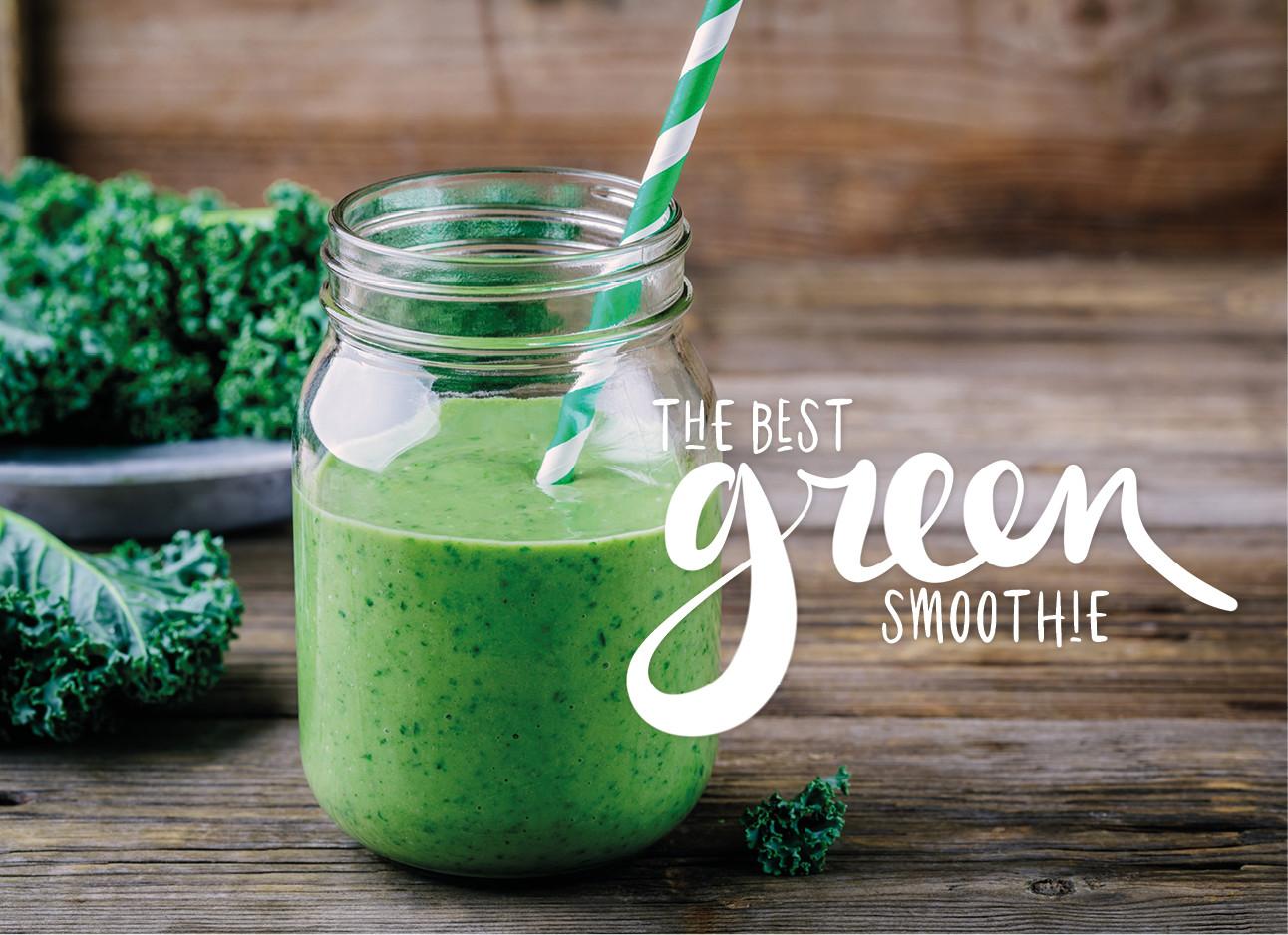 foto van een groene smoothie met groente op de achtergrond