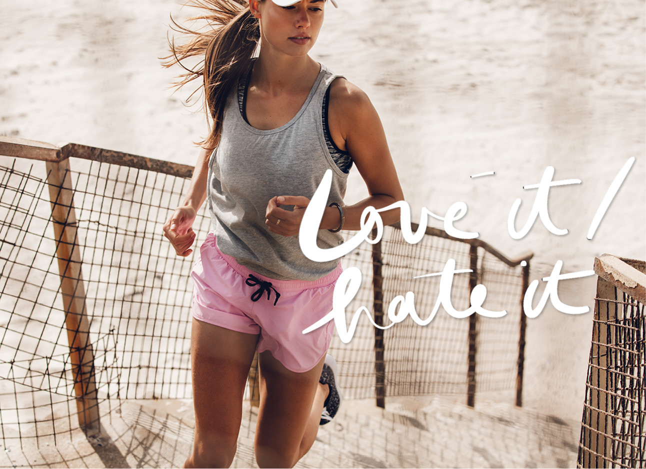 vrouw hardlopen op het strand