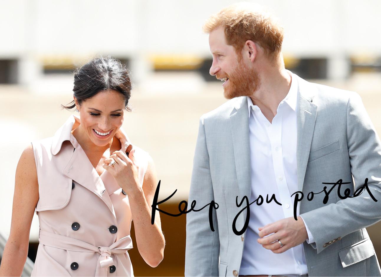 duke harry en duchess meghan markle of sussex lachend, meghan draagt een roze trenchcoat en harry een lichtblauwe colbert met een witte blouse eronder, keep you posted