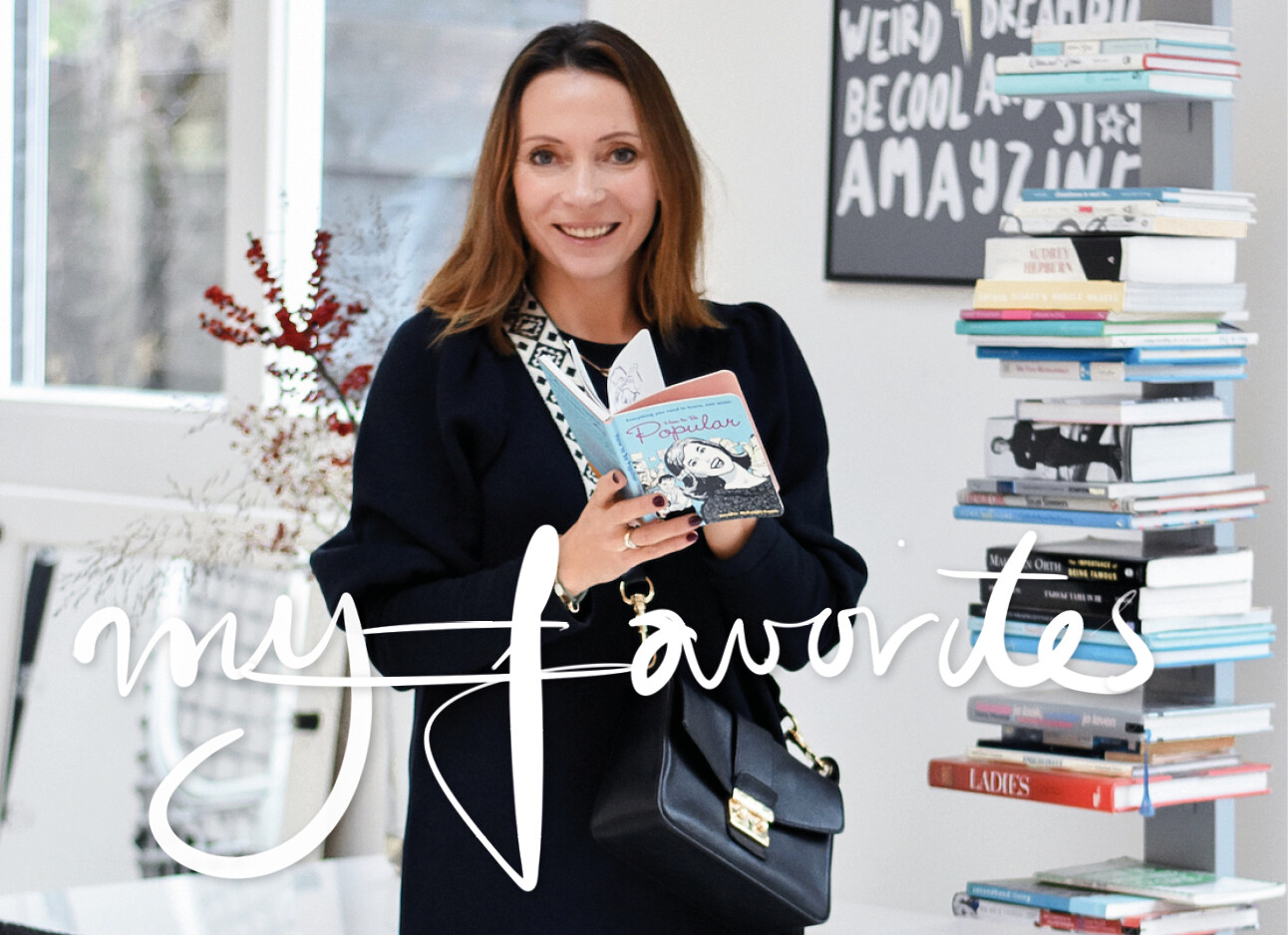 May-Britt Mobach bij een boekenrek