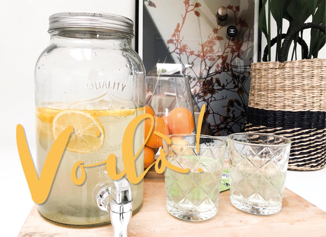 Cold brew ice tea in een kan met twee ingeschonken glazen erbij