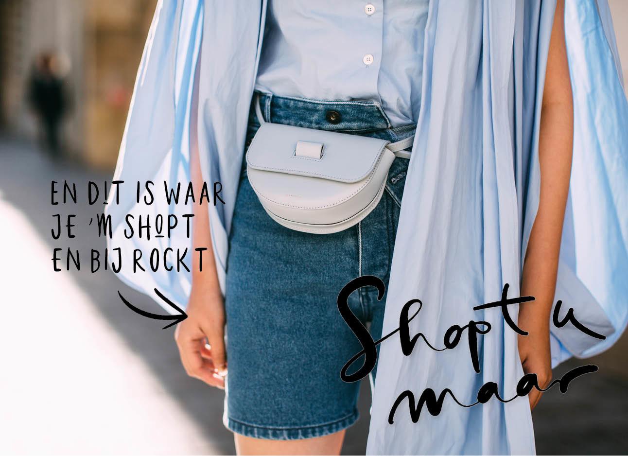 vrouw met denimshort boven de knie en wandler bag licht baby blauw zomers op straat