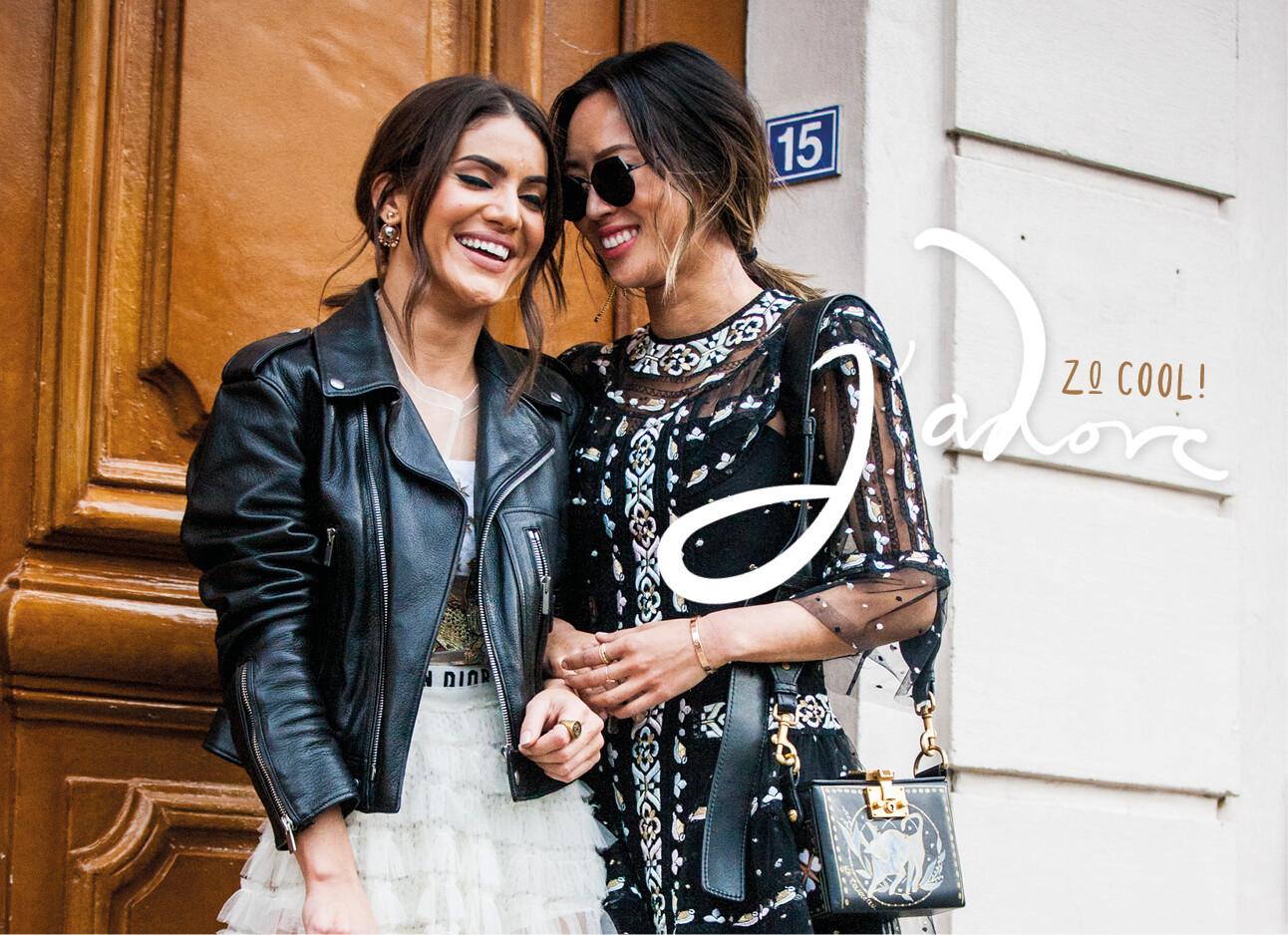 2 lachende vrouwen in Dior kleding