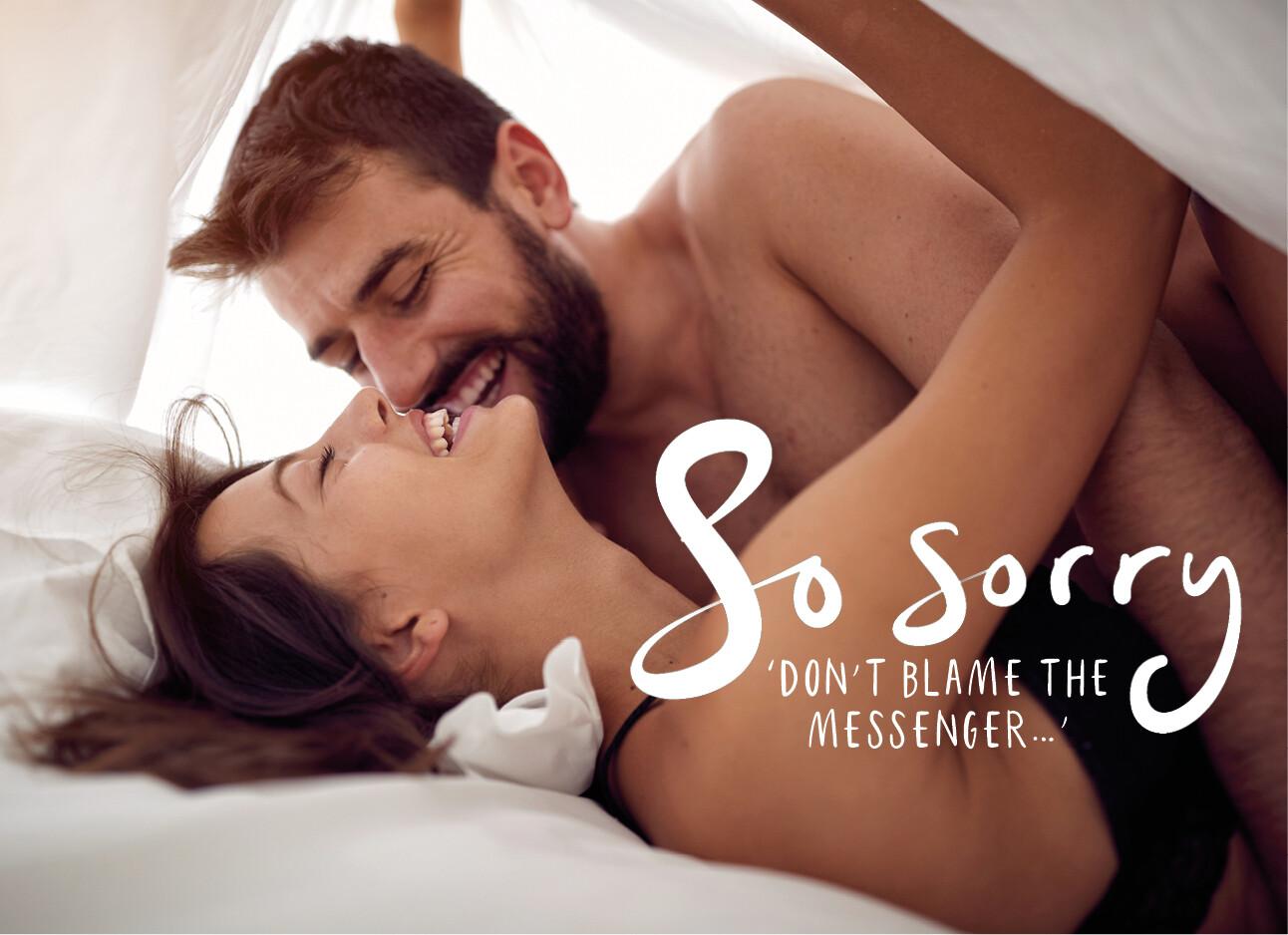 man en vrouw in bed op hun eerste date