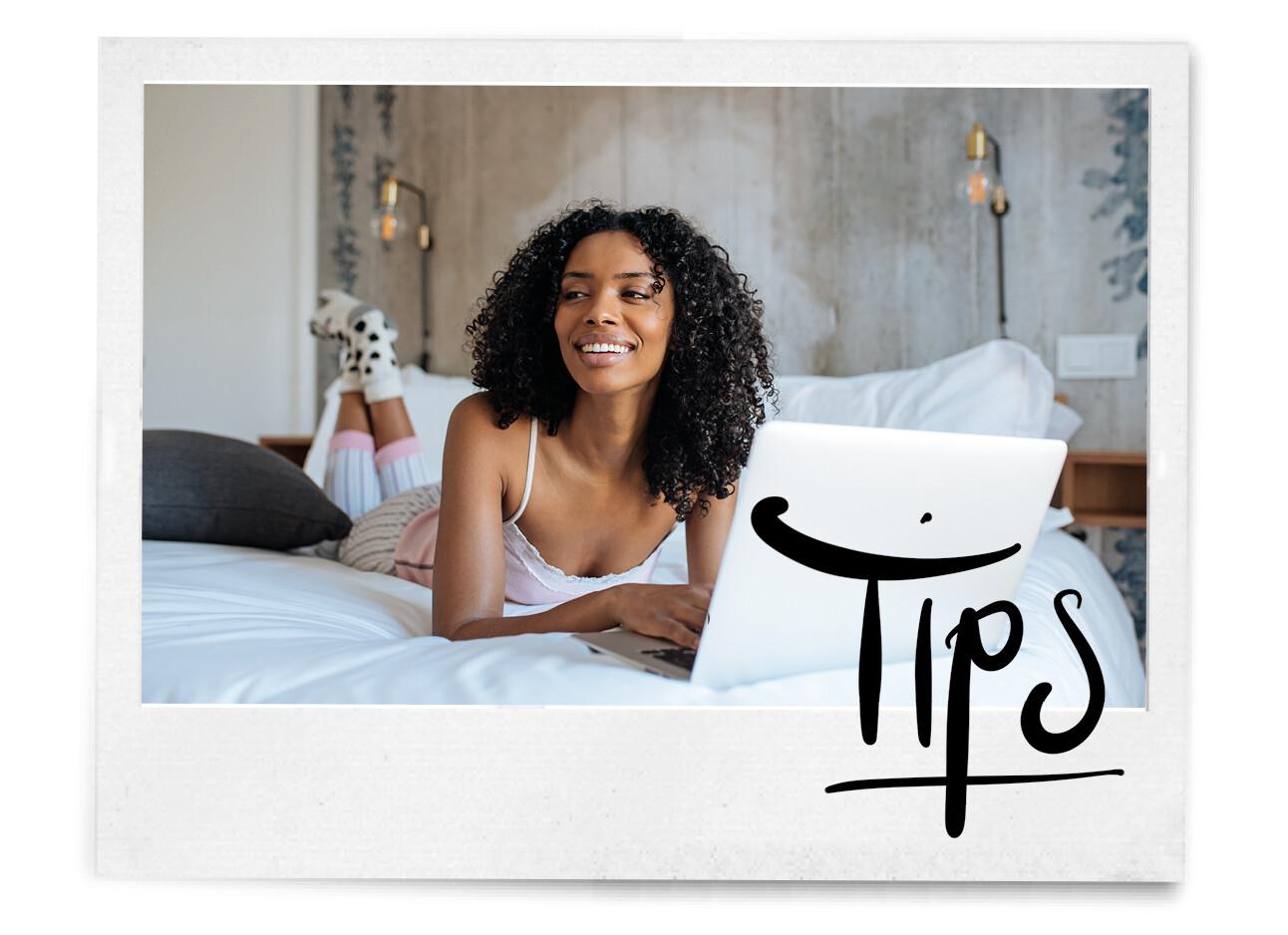 getinte vrouw ligt op haar bed met haar laptop