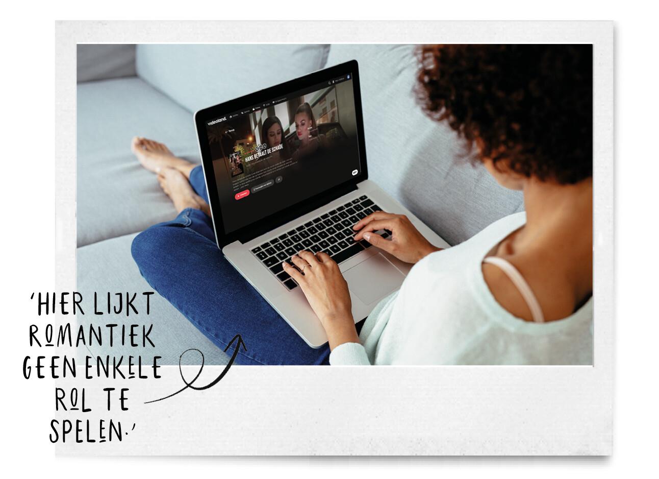 vrouw op haar laptop kijkend naar 'Hans Betaalt de schade wel'