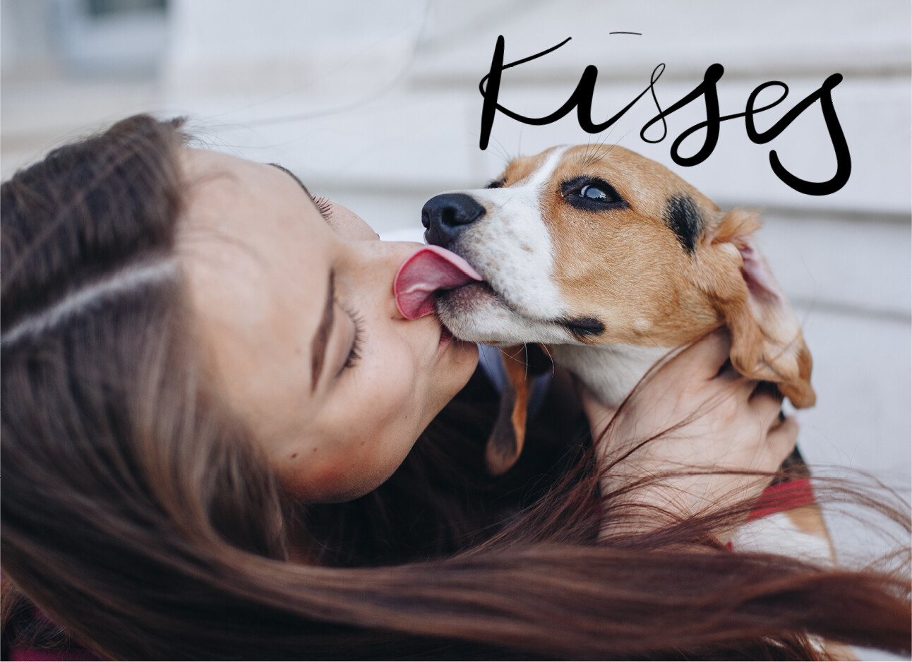 vrouw kust haar hond